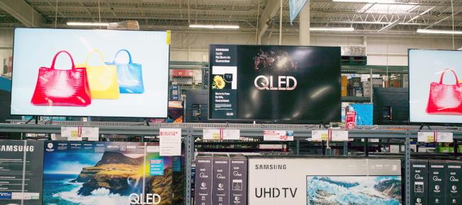 由於川普政府對中國貨加徵關稅,美國大型商店都受波及,中國進口商品醞釀漲價。圖為麻州一個BJ's大賣場展示中國製造的電視及電腦顯示器。(歐新社)