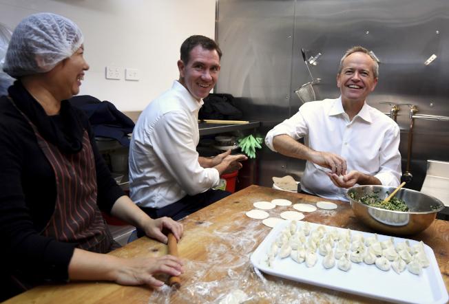 澳洲工黨黨魁修頓(右)16日陪同議員候選人克洛斯比(中)到雪梨一間中餐廳包水餃。(美聯社)