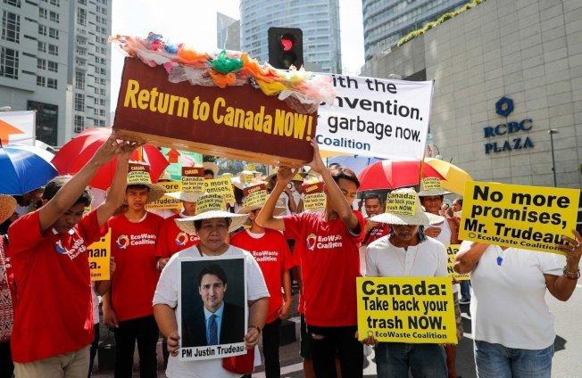 律賓民眾上月底在加拿大駐馬尼拉大使館前示威,要求加國將幾年前運到菲律賓的大批垃圾運回。(歐新社)