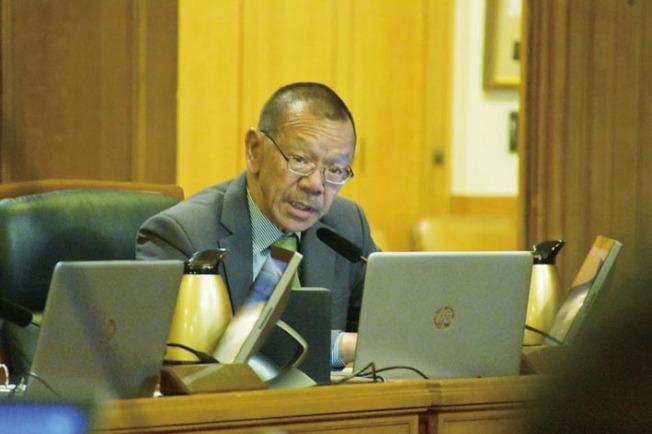 市議長余鼎昂關切警局及911控制中心的雙語服務。(記者李秀蘭/攝影)