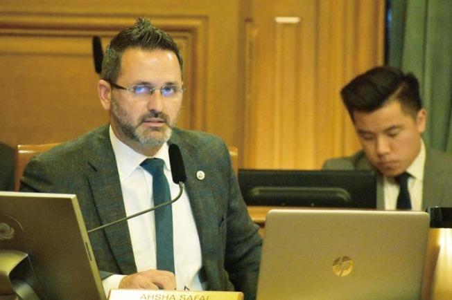 提案研究緊急救援雙語服務的市議員安世輝。(記者李秀蘭/攝影)