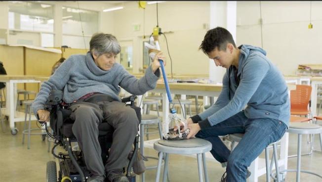 考慮到同事坐在輪椅上難以撿東西,陳乃明特地發明手動夾幫忙。(柏加大新聞團隊供圖)