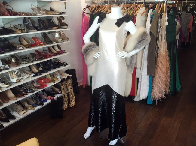民眾有機會用可負擔價格入手設計師時尚單品,圖為佛羅里達州棕櫚灘郡女性精品復古店。美聯社
