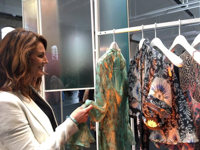 服飾業者H&M 4月宣布在官網試賣復古二手衣,降低快時尚對環境帶來的成本,並提高衣物永續。路透