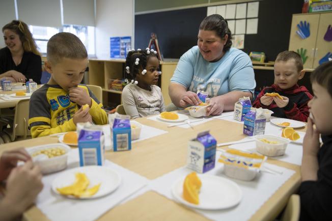 若政府或學校廣設公立幼稚園,將上學時間延長,或提供免費課後照顧,將有助減輕職業家長的負擔。圖為賓州幼稚園。美聯社