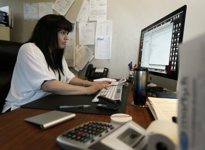 女性擁有高學歷,但工作本質造成擁有相同工作潛能的夫妻擔任不平等的角色。美聯社