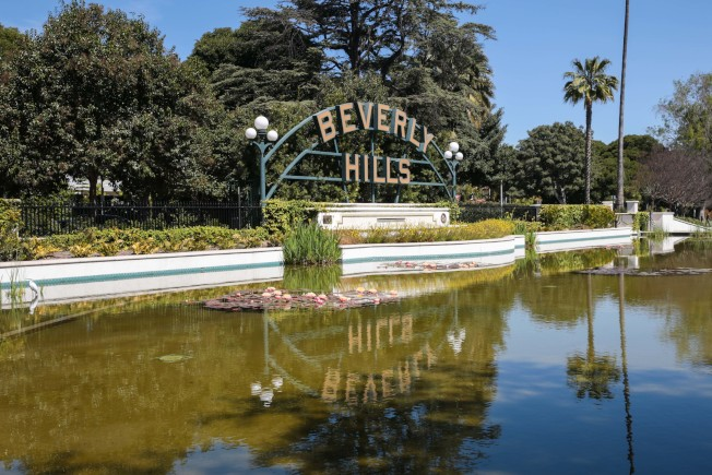 比佛利花園公園40呎長的標示和荷花池。