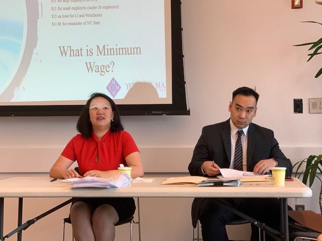 馬文芃(左)、William Ng(右)解釋凡舉向大眾提供商品或服務的店家,都受「殘障人士保護法」約束。(記者賴蕙榆/攝影)