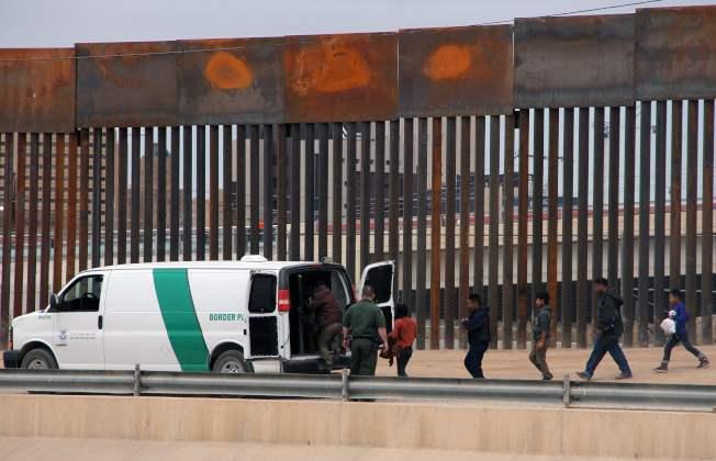 美國邊境巡邏隊在美墨邊牆處逮捕大批中美洲無證移民。(Getty Images)