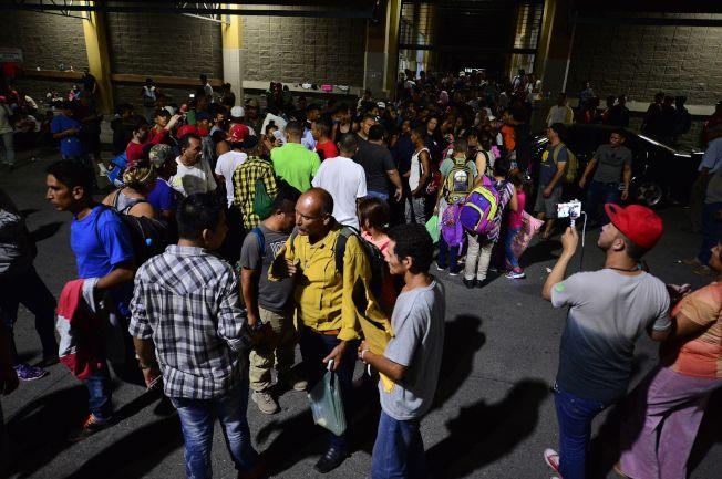 中美洲無證移民成群結隊借道墨西哥,向美國進發。(Getty Images)