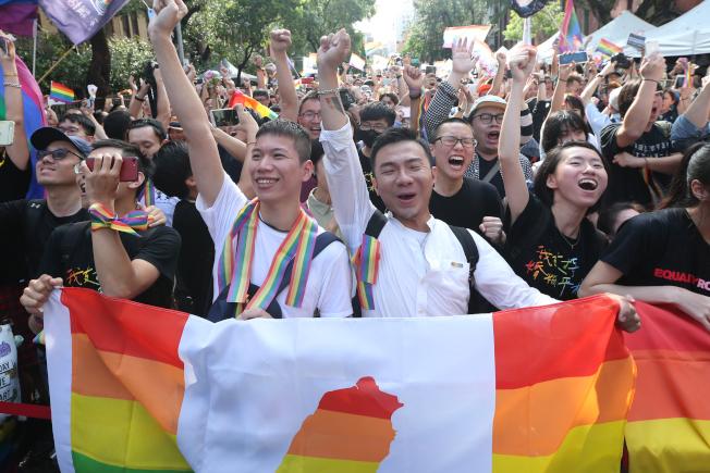 立法院昨天三讀通過同婚專法,成為亞洲第一個同婚合法化的國家,支持者情緒激昂。(記者葉信菉/攝影)