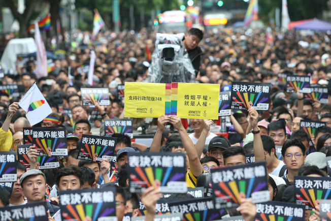 立法院審議同婚法案,許多挺同團體與支持者群聚立法院周邊,高舉標語。(記者葉信菉/攝影)