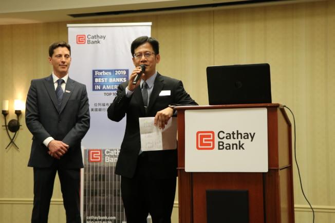 國泰銀行休士頓分行大堂經理Chad Madison(左)、分行經理黃祖壽(右)共同擔任主持人。(記者封昌明/攝影)