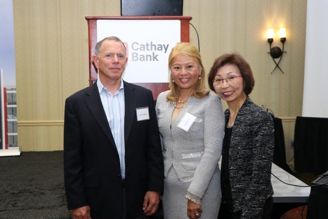 UCLA資深經濟學博士Jerry Nickelsburg(左一)預測美國未來經濟走向,國泰銀行執行副總裁兼首席零售業務行政總監曾翁若梅(右一)、華裔國際女企業家協會會長宋蕾到場聆聽。(記者封昌明/攝影)