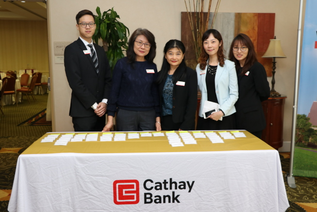 國泰銀行休士頓分行員工在櫃台喜迎賓客。(記者封昌明/攝影)