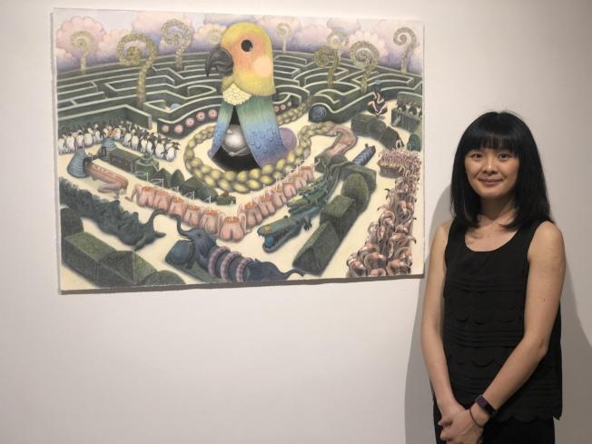 何思瑋與主題畫作「迷宮」。(記者張晨/攝影)