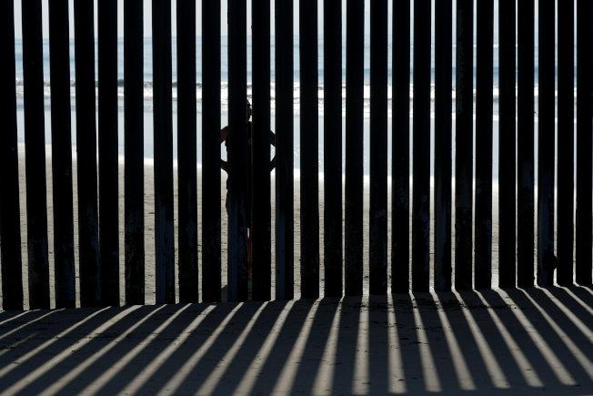 加州聖地牙哥海邊的美墨邊牆圍欄。(路透)