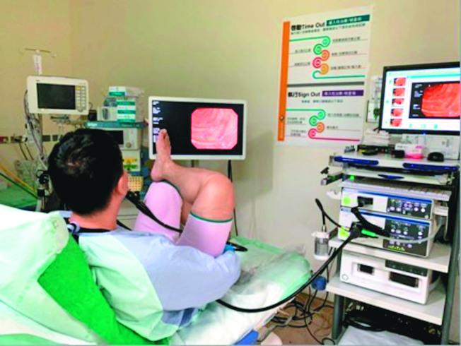 鄭以勤親自為自己做全大腸鏡檢查,20分鐘完成後,還可以繼續當天工作。(圖:鄭以勤醫師提供)