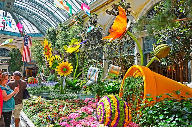 美麗湖室內花園由百餘名專職園藝工作者照顧。(美麗湖官網)