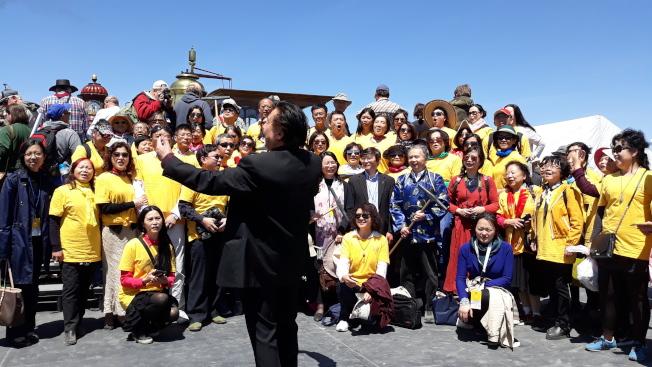 參加金釘節紀念慶典的華人合唱團。(圖皆為作者提供)
