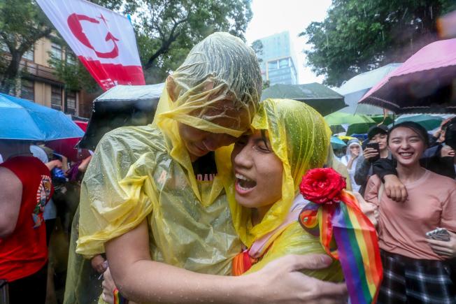 中華民國立法院17日三讀通過同婚專法,成為亞洲第一個同婚合法化的國家,支持者情緒激昂、相擁大哭。(記者葉信菉/攝影)