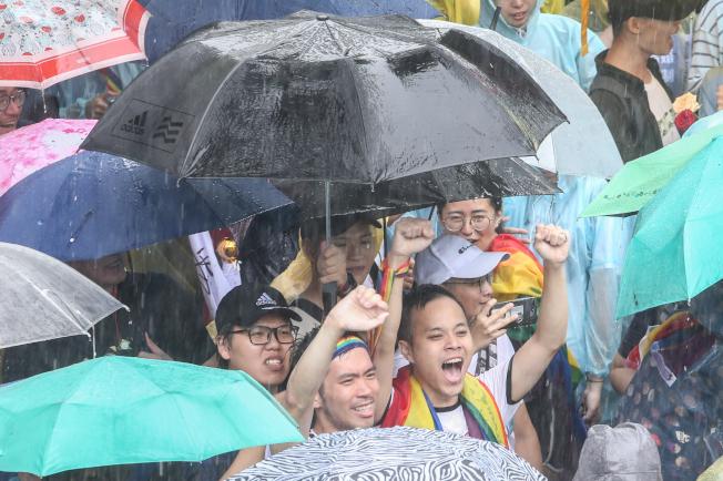 立法院昨天三讀通過同婚專法,我國成為亞洲第一個同婚合法化的國家,有人激動落淚,有人反對,但這只是起點,未來還有漫長配套修法路要走,仍待各界溝通。記者葉信菉/攝影
