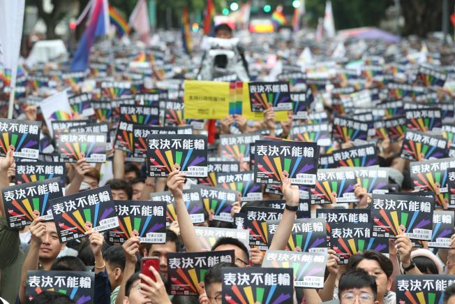 中華民國立法院通過處理法案,許多挺同團體與支持者群聚立法院周邊,表達立場。(記者葉信菉/攝影)