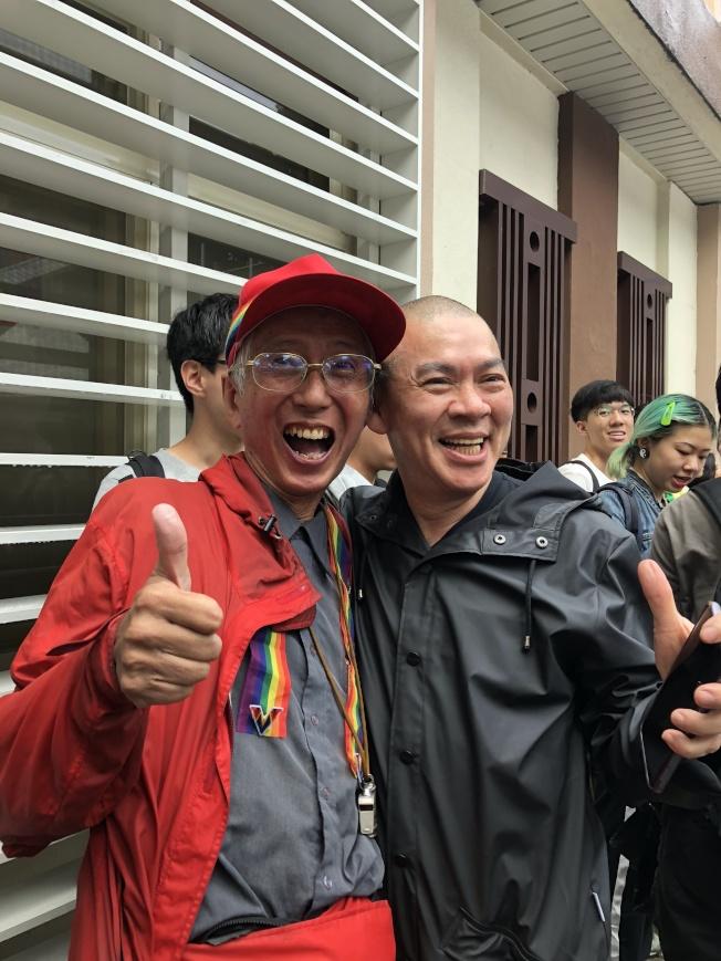 導演蔡明亮(右)說,40年前就想做這件事,他在立法院集結挺同婚活動現場,找到推動同婚33年的祁家威,給他一個大大的擁抱。(記者何定照/攝影)