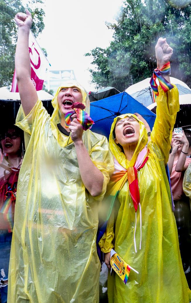 立法院三讀通過同婚專法,使中華民國成為亞洲第一個同婚合法化的國家,支持者情緒激昂。(記者葉信菉/攝影)