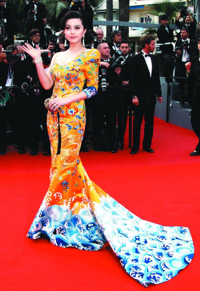 范冰冰2010年第一次踏上坎城紅毯,她穿的龍袍禮裙給眾人留下了深刻的印象。(路透資料照片)
