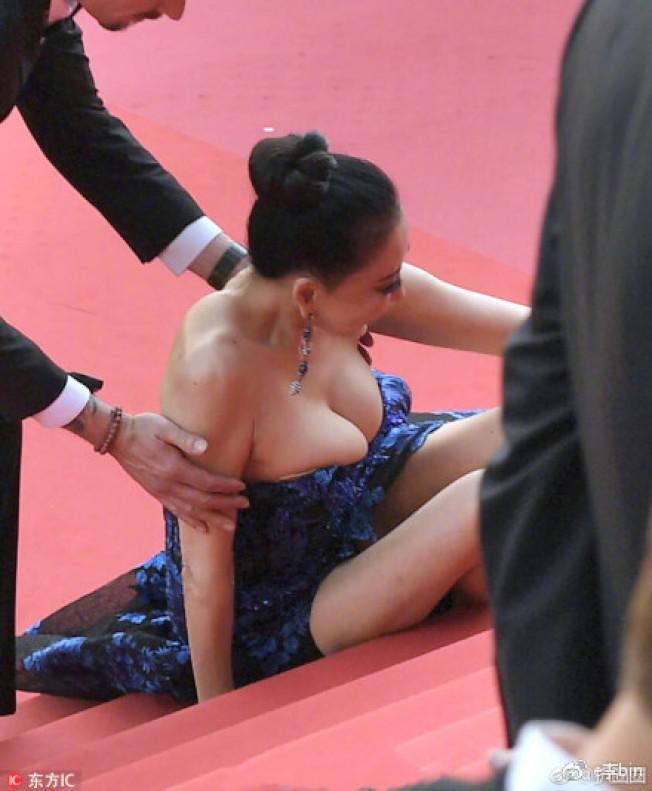 邢小紅在紅毯上摔倒,碗公奶從低胸禮服中幾乎爆出。(取材自微博)