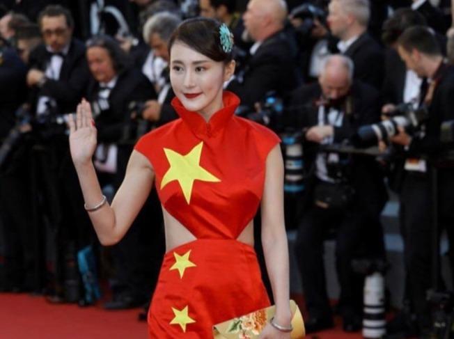 網紅徐大寶身穿紅色國旗裙亮相坎城紅毯,引來一片吐槽。(取材自微博)