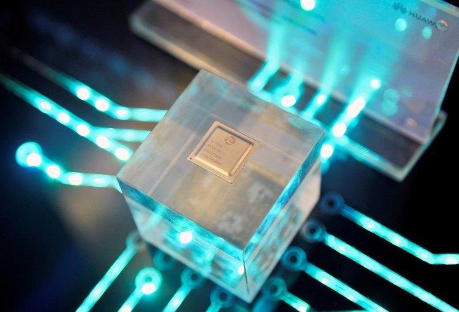 2019年3月21日,華為子公司海思在福建省福州市舉行的華為中國生態合作夥伴會議上展示自主研發晶片。(路透)
