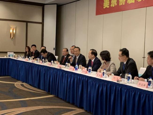 中国侨联主席万立骏18日在法拉盛邀请70位侨胞举办座谈会。(记者牟兰/摄影)
