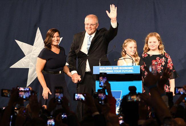 澳洲總理莫里森領導的保守聯盟在大選獲勝,使他成功連任。圖為莫里森一家在勝選大會上。(Getty Images)