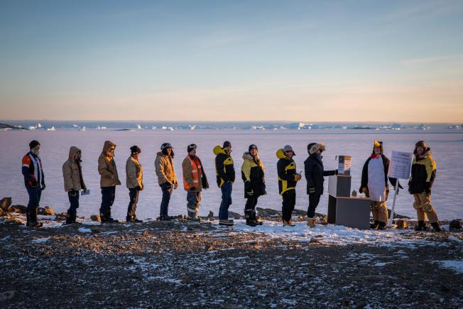 南極的戴維斯研究站為澳洲籍探險隊員設立投票箱,讓他們可以在大選中投票。圖為探險隊員在投票箱前排隊。(路透)