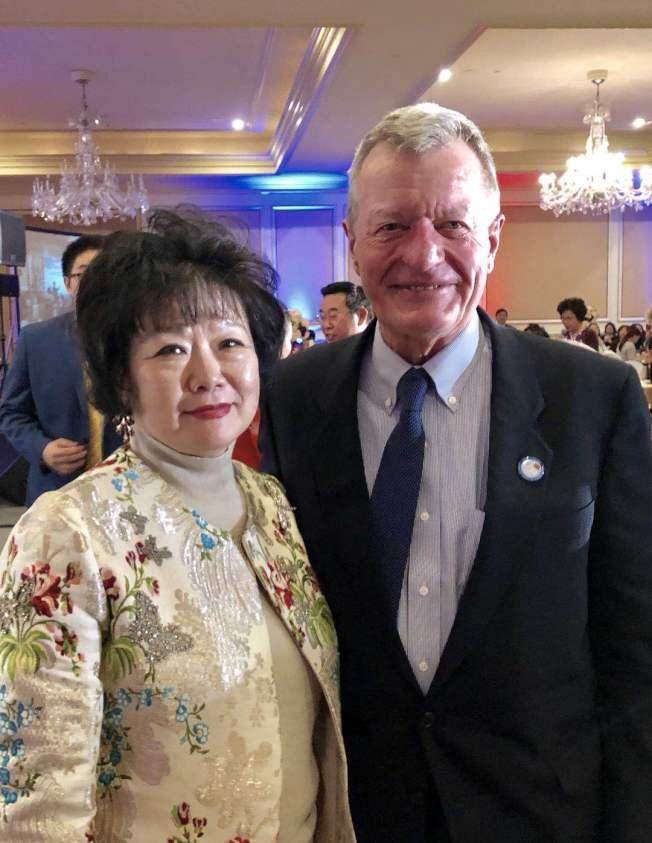 華人再生資源公司業者李清瑜(左)與前美國駐華大使鮑克斯(Max Baucus,右)在中美建交40周年紀念活動中。(李清瑜提供)