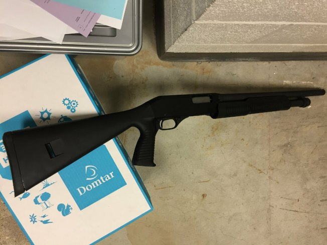 狄亞斯攜帶的長槍被警方收繳。(警方照片)