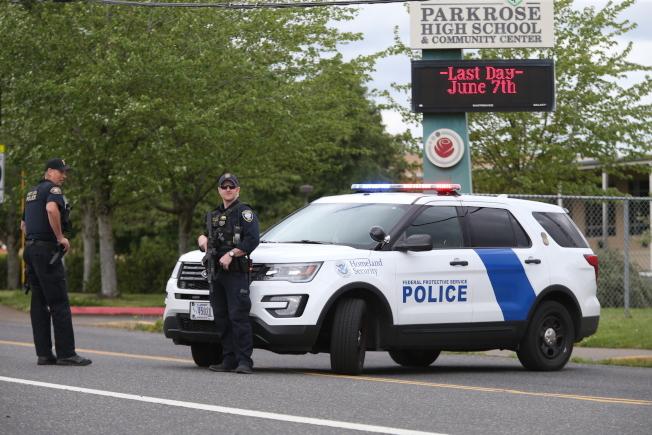 學生攜槍到校事件傳出後,俄勒岡州警方將校園封鎖進行調查。(美聯社)