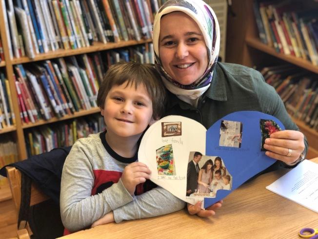 來自土耳其的家長Sumeyra Samli Kanbur(右)望藉英語課程,加強兒子Akif Kanbur(左)英語讀寫能力。(記者賴蕙榆/攝影)