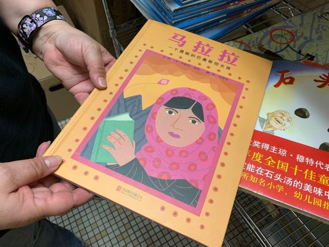 為鼓勵孩子持續維持閱讀習慣,教育局每周提供多種書籍給孩子領取。(記者賴蕙榆/攝影)