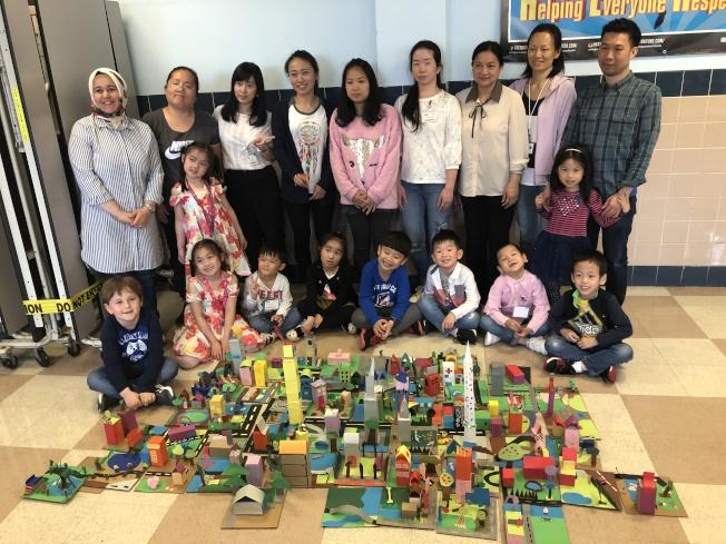 18日的英語課程結業式上,皇后區博物館也到場指導親子製作手工藝。(記者賴蕙榆/攝影)
