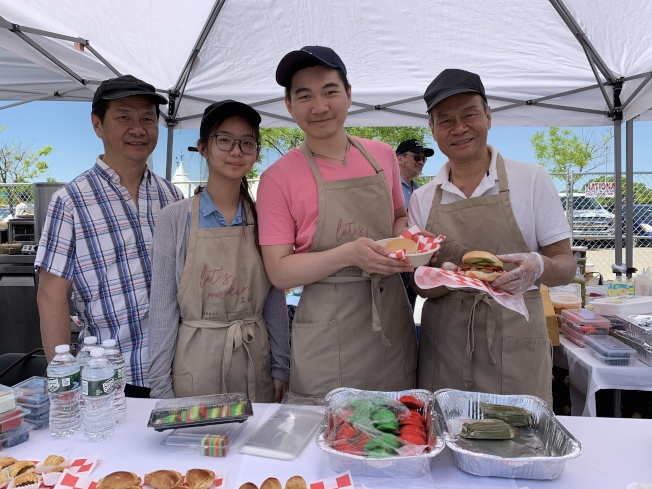 馬來西亞店家李Jonathan(右二)帶來的傳統娘惹糕及創新料理燒肉漢堡,也皆是美食節的排隊美食之一。(記者賴蕙榆/攝影)