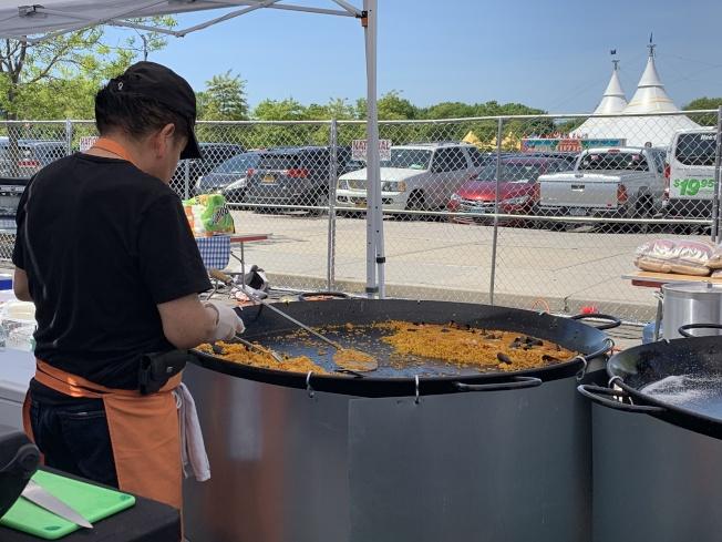 去年廣受歡迎的西班牙餐廳「In Patella」回歸,此次也帶來必吃美食海鮮燉飯,「歡迎大家前來體會西式大雜燴農家飯」。(記者賴蕙榆/攝影)