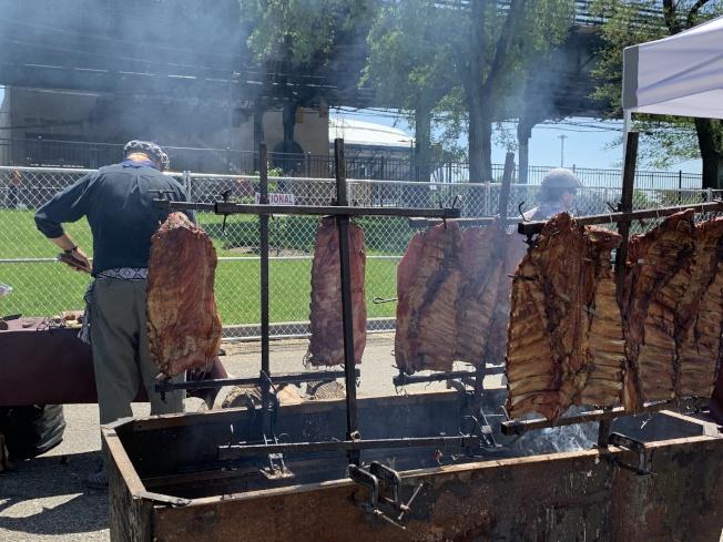 現場烹調的阿根廷燒肉,香味四溢。(記者賴蕙榆/攝影)
