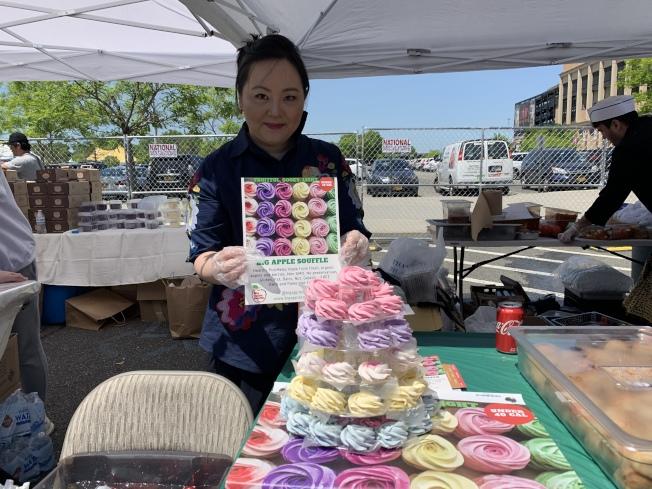 韓裔店主Ally Kim攤位擺放的「Big Apple Souffle」是她結合多種莓果、自創的低卡、無負擔甜點,其馬卡龍般的繽紛色彩,廣受年輕人喜愛。(記者賴蕙榆/攝影)