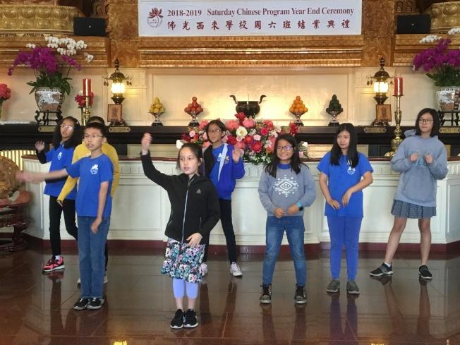 學生大跳熱門歌曲「海草舞」。(記者謝雨珊/攝影)