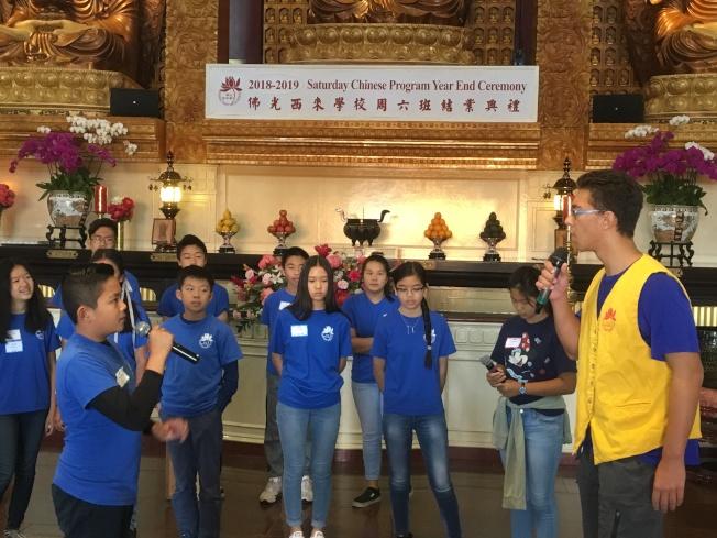 佛光西來學校周六中文班學生朗誦詩詞演戲。(記者謝雨珊/攝影)