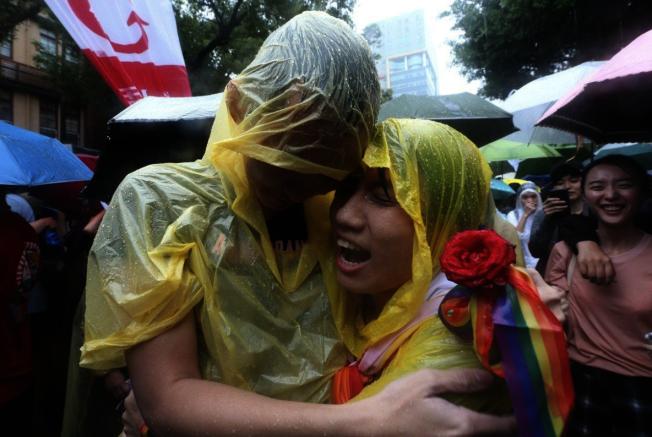 台灣成為亞洲第一個實施同性婚姻合法化的地方,支持民眾歡聲雷動。(聯合新聞網)