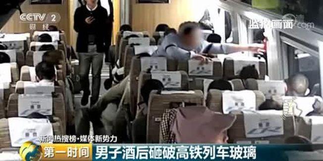 酒醉男子至座位處取下車窗邊上的緊急破窗錘。(取材自央視)